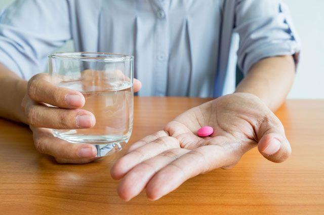 Запивание таблетки водой